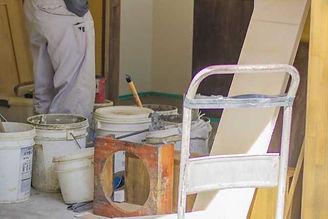 内装工事をする職人