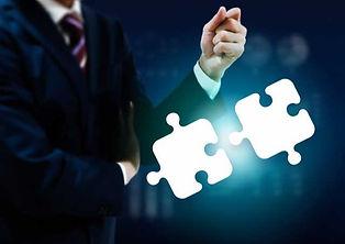 2つのパズルのピースとビジネスマン