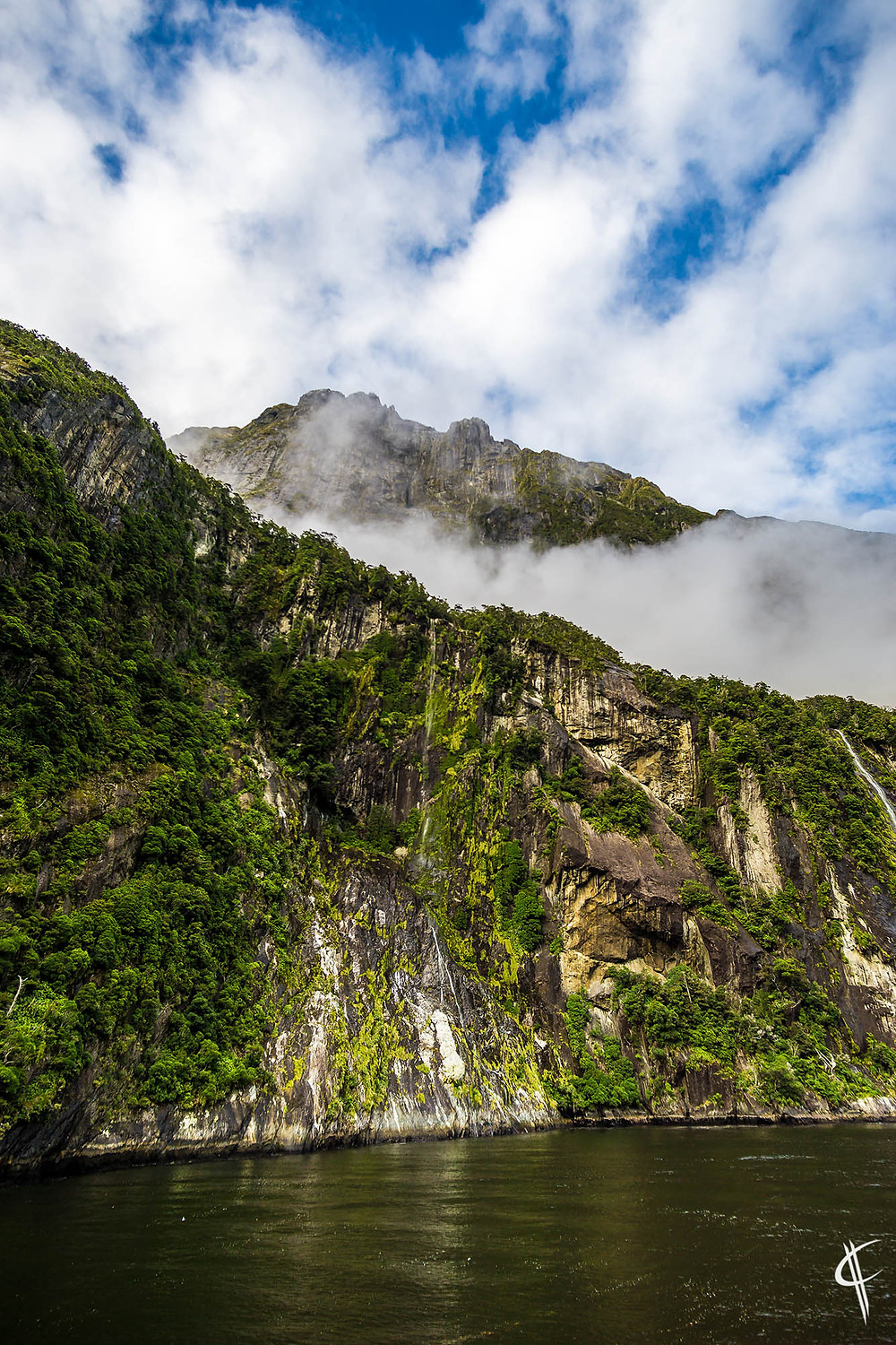 Cloud between the mountains / Milford Sound
