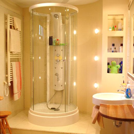 Łazienka z prysznicem tubą