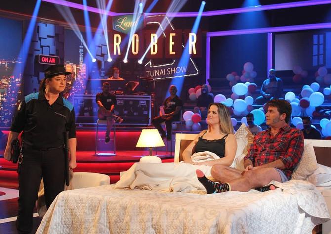 Humor a raudales en un Land Rober con los actores Antonio Garrido y Lucía Veiga que rebasó la barrer