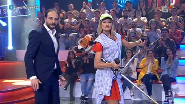 La modelo Alba Carrillo, novia por un día de Touriñán en un último Land Rober que consigue un 23% de