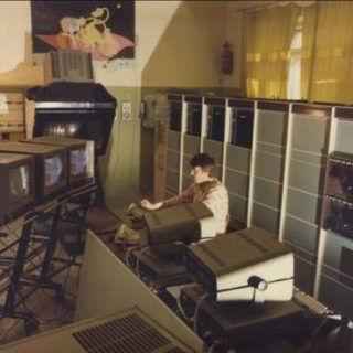 inzhener-sergej-vlasov-za-rabotoj-so-vtoroj-graficheskoj-stancziej-aksaj-okolo-1981-–-1985