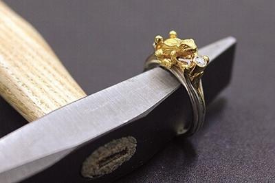 Umarbeitung Ring: Ein Beispiel einer Umarbeiten. Das stellen wir zum Teil aus Ihren angelauften Edelmetallen her.