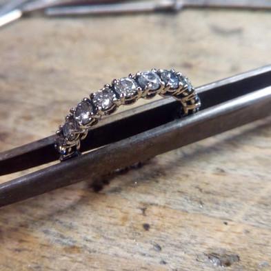 Anfertigung Diamantring (Kundenauftrag): Kundenanfertigung aus recycelten Diamanten und Edelmetallen