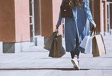 ショッピングバッグを持つ少女
