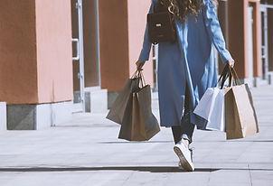 女孩與購物袋