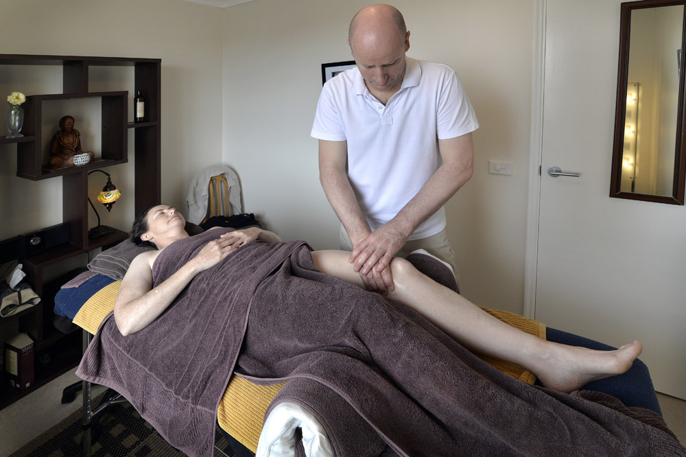 Remedial massage for knee pain