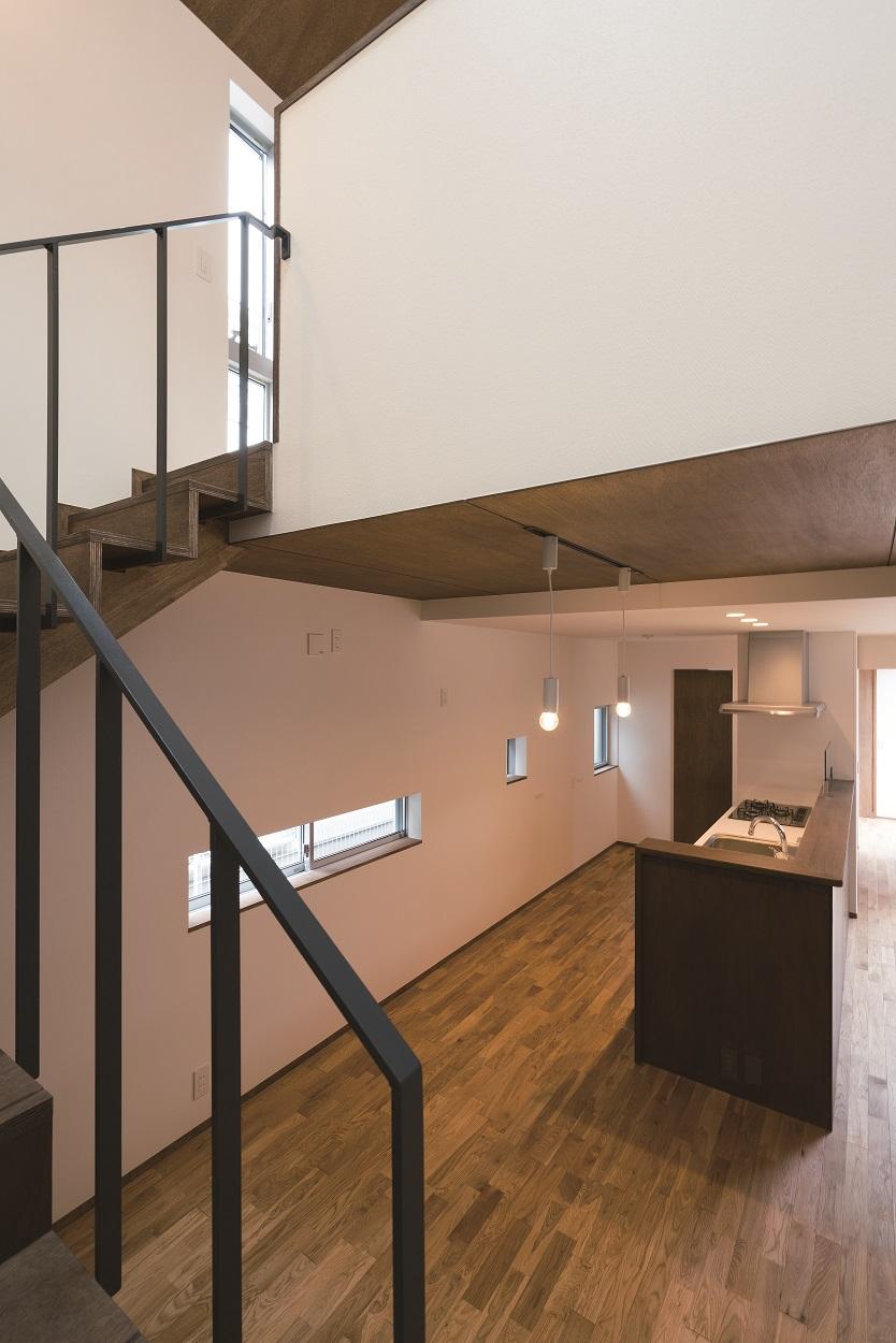 階段からダイニング・キッチンを見る