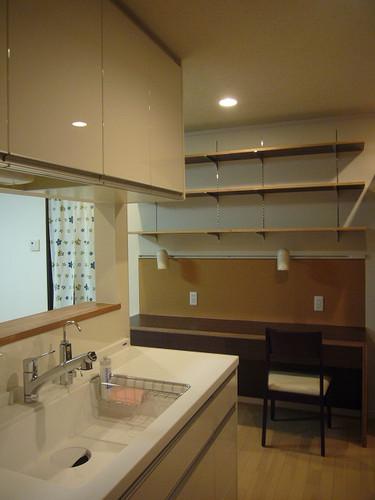 キッチンの一角に設けた家事スペースと子供のスタディスペース