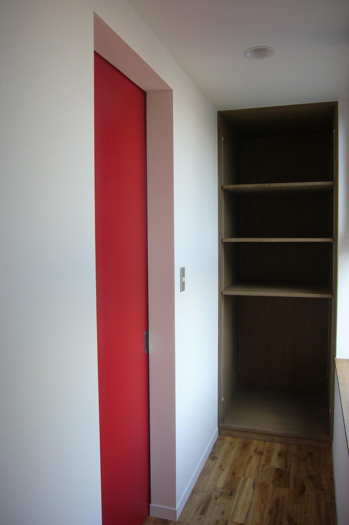 2階廊下の造り付け収納