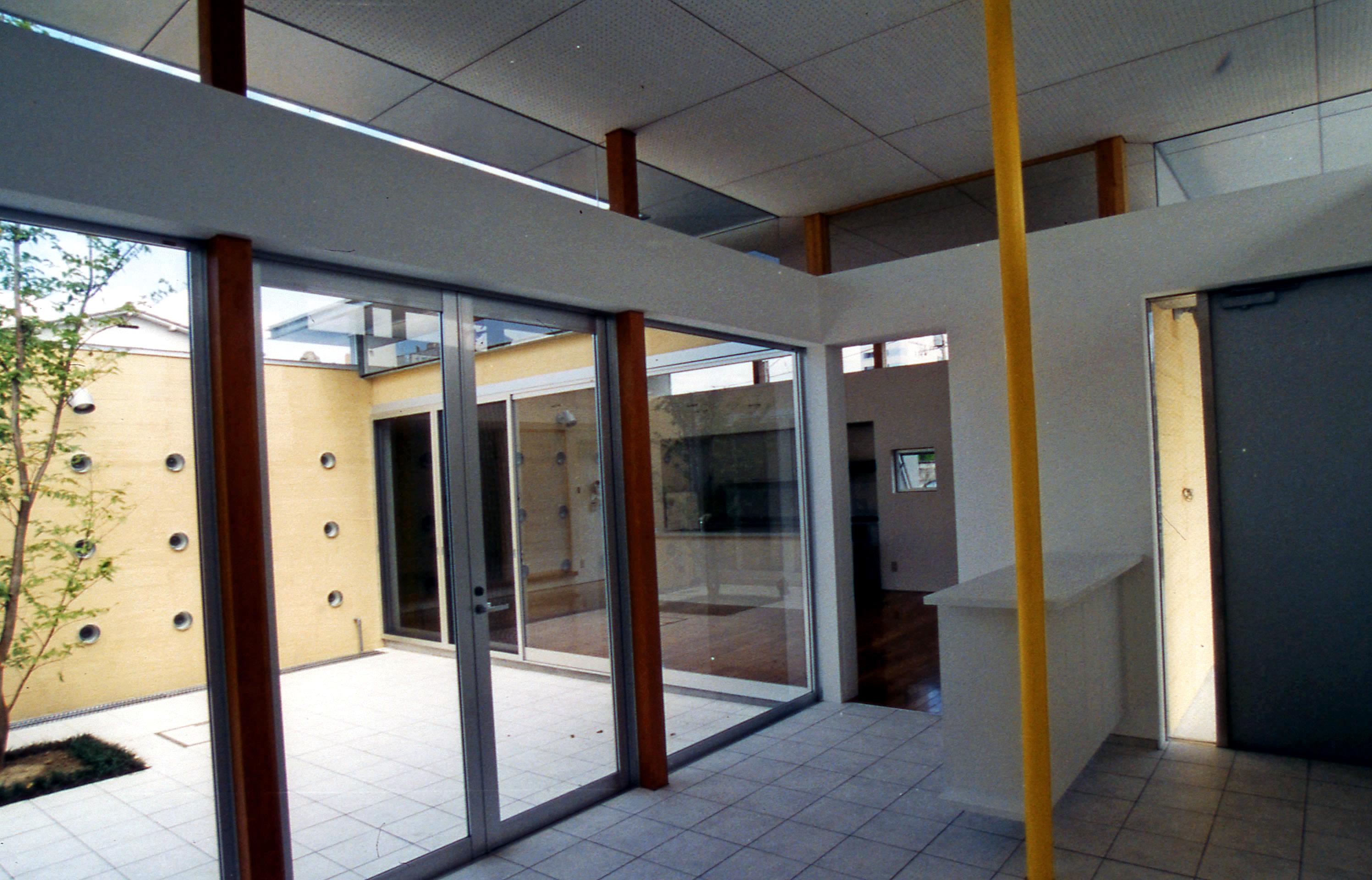 一体的な空間の玄関ホールと中庭