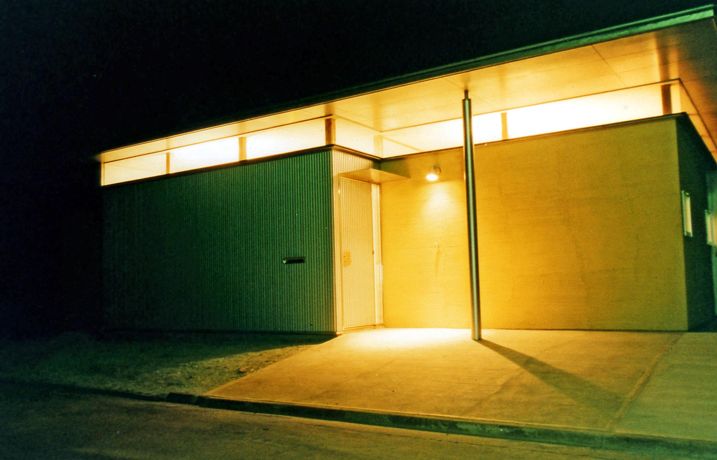 スリット窓が印象的な夜景の外観