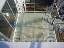屋上から2階テラスを見下ろす