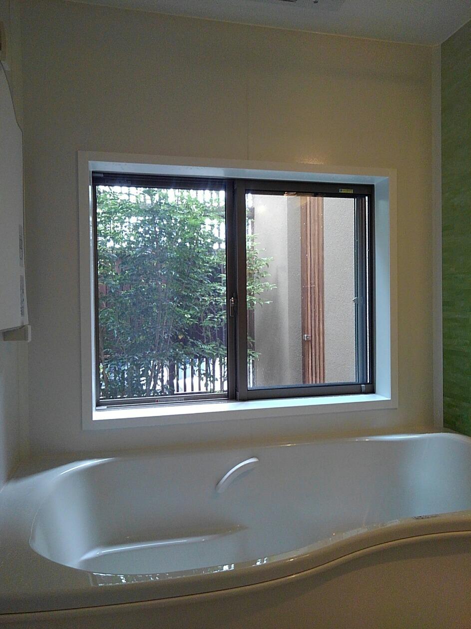浴室から中庭を眺める