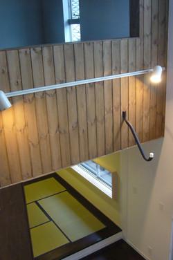 3階吹き抜けから2階和室を見る