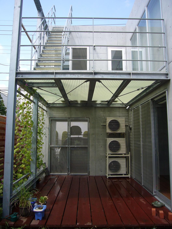 中庭デッキテラスと2階屋外テラス