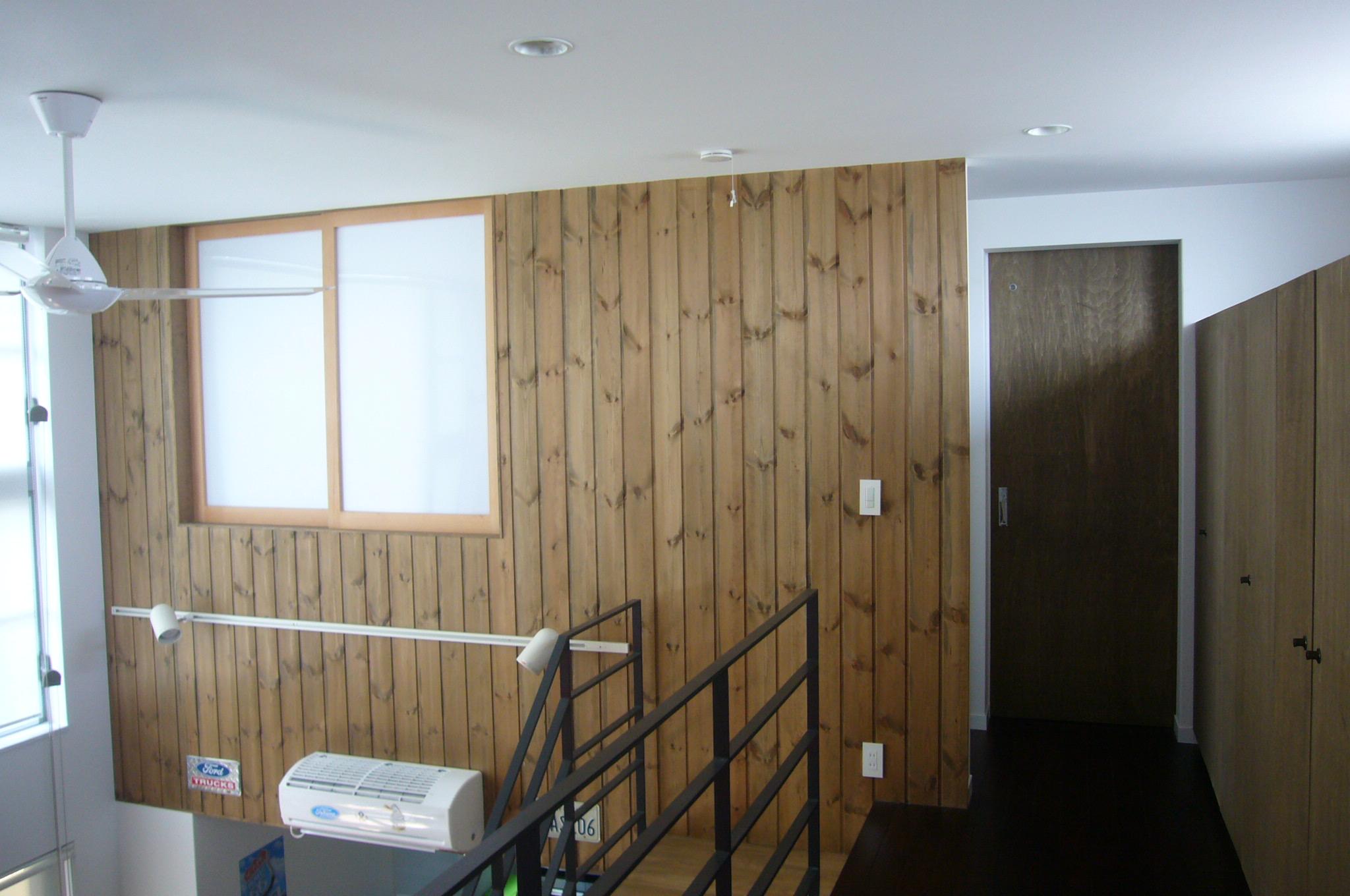 3階の壁の一部を板貼りに