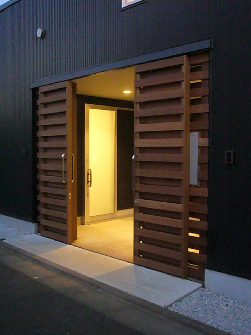 門扉を兼ねたガレージの木製引戸