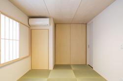 収納が充実した縁無し畳敷きの和室