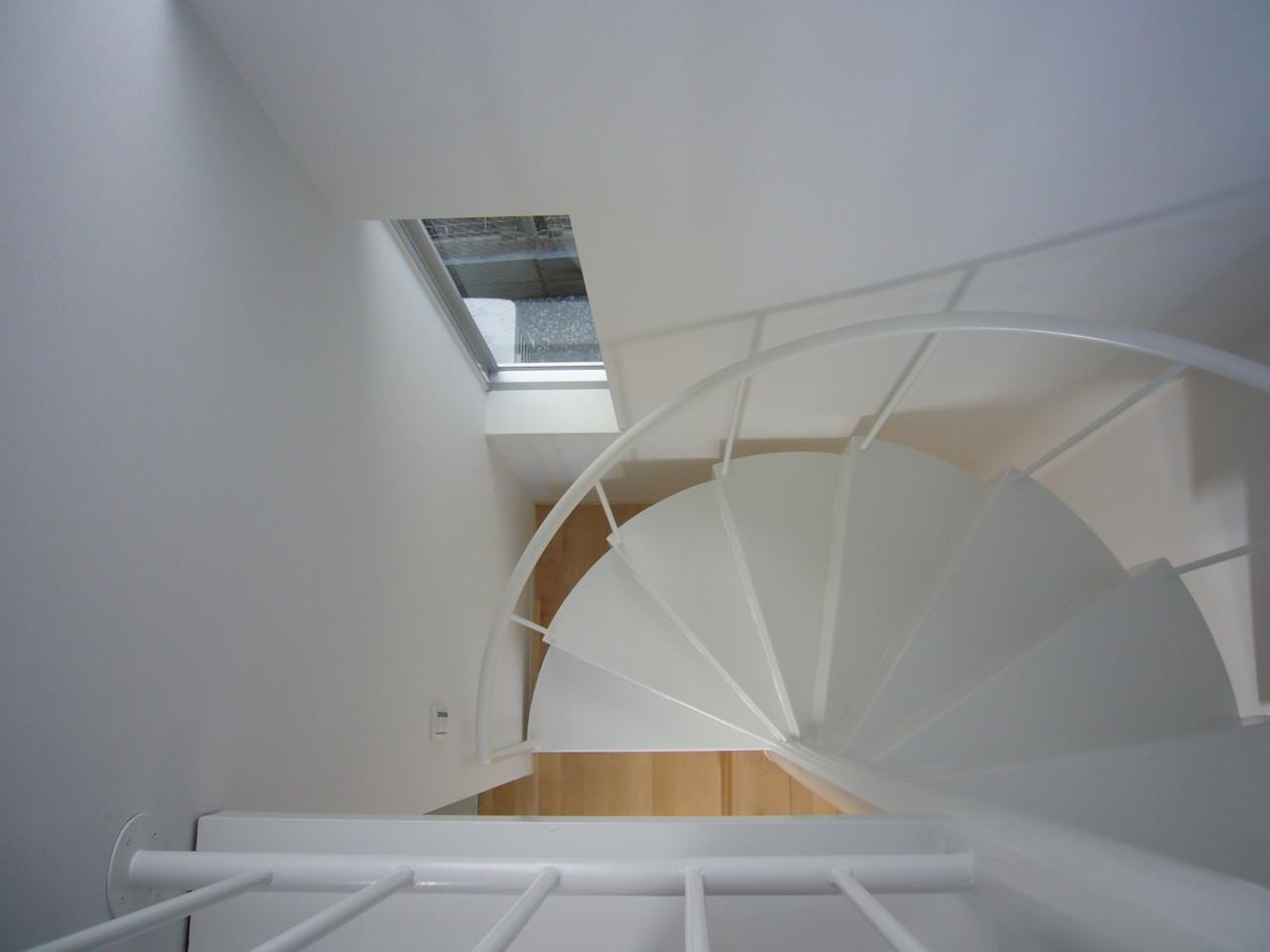 1階から2階へは、らせん階段