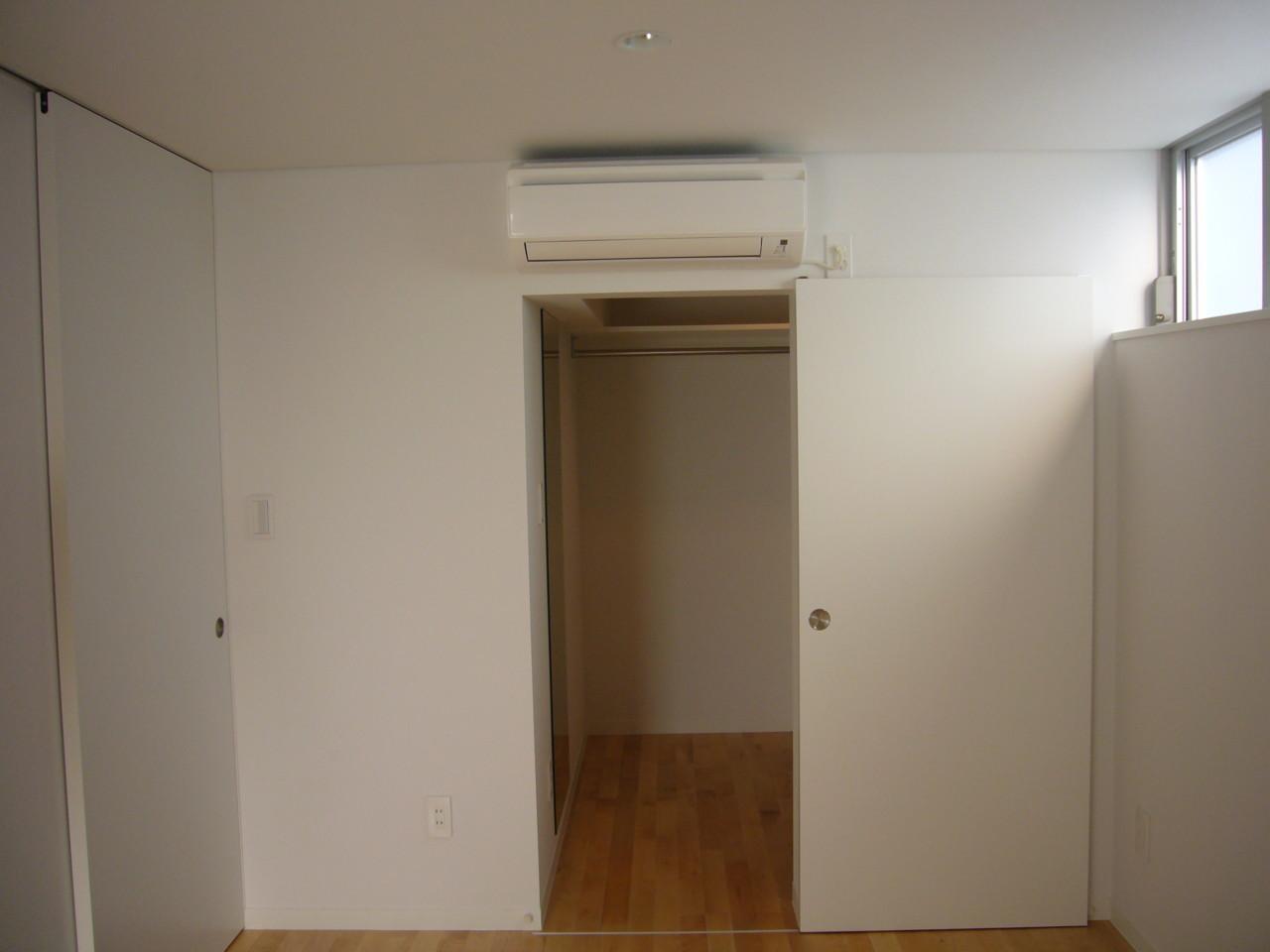 主寝室のウォークインクローゼット