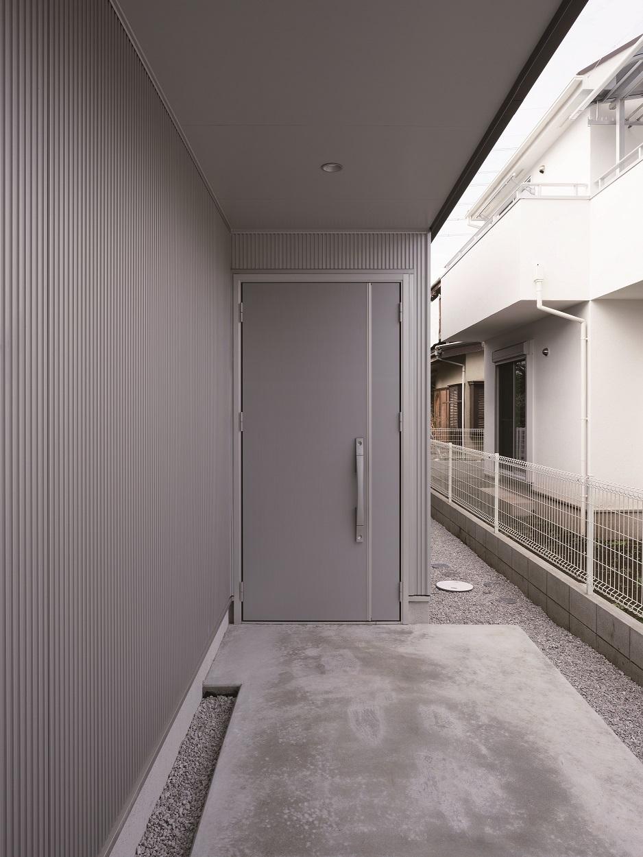 玄関ドアと合わせたシルバー色の外壁