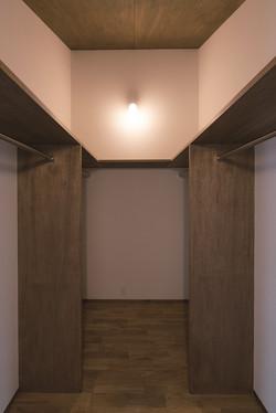 主寝室に繋がるウォークインクローゼット