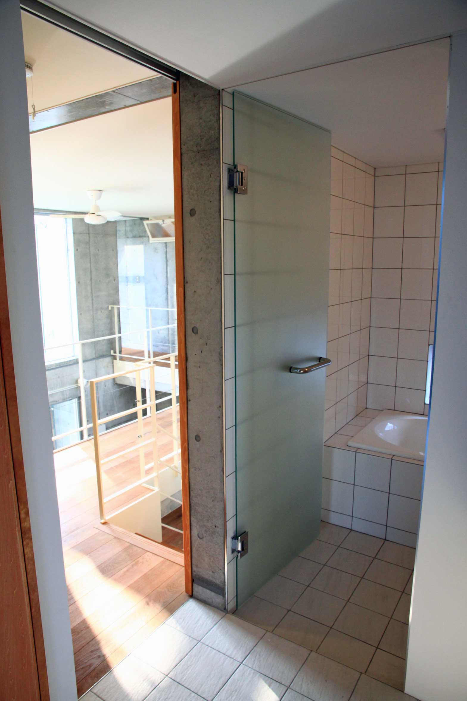 洗面室から浴室を見る
