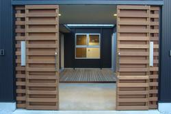 木製引戸を開けると、ガレージと中庭があります