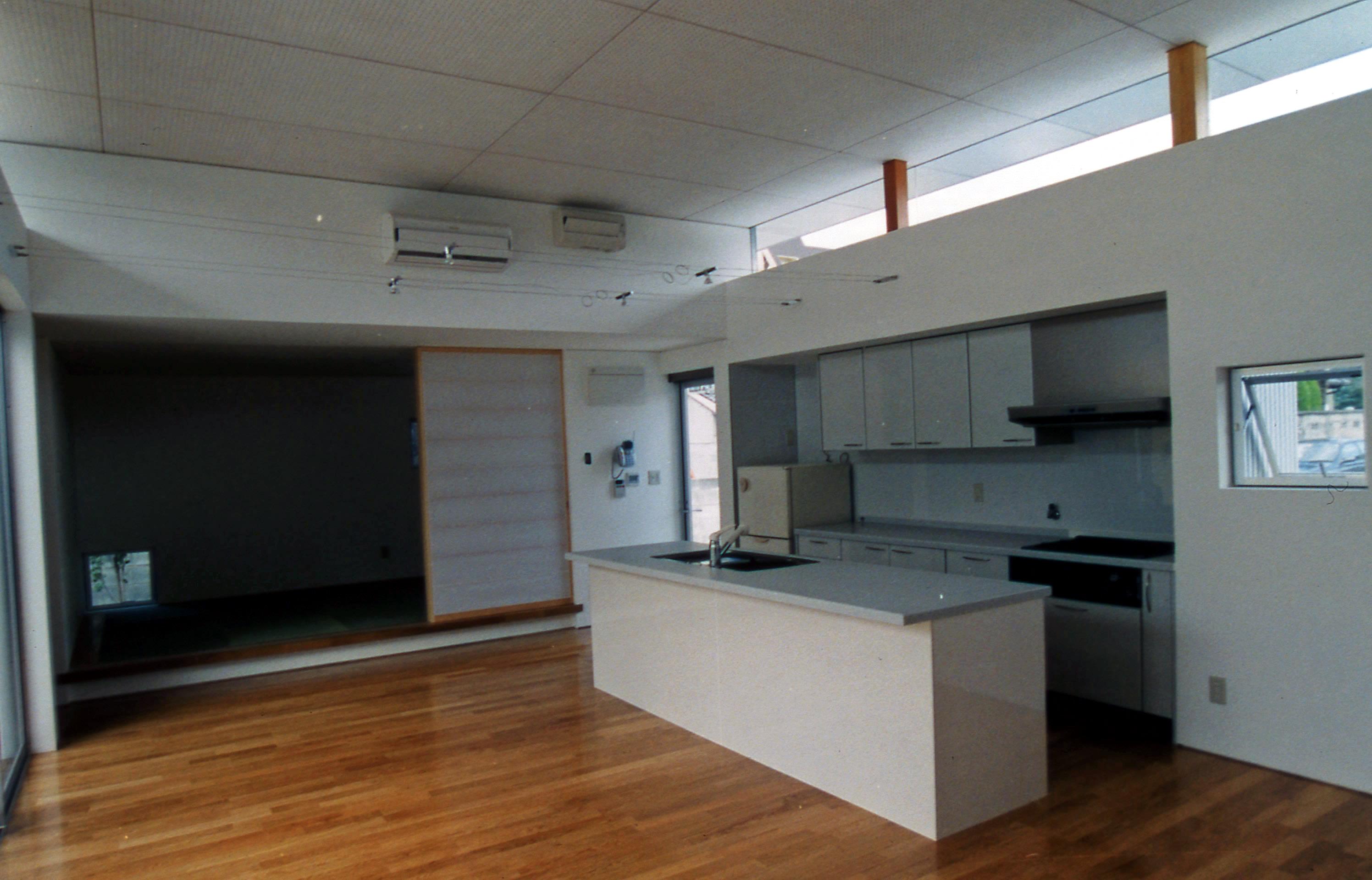 ダイニングキッチンと小上がりの和室