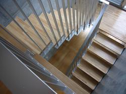 2階から階段を見る