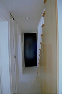 1階廊下から玄関を見る