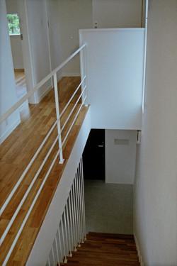 2階の階段から玄関を見る