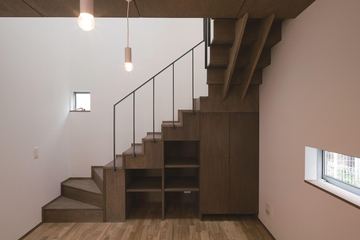 階段下は収納になっています