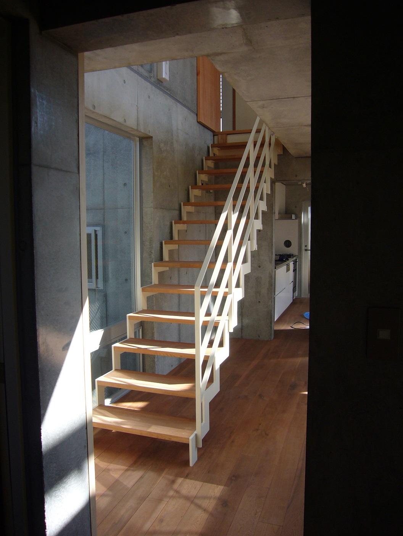 玄関ホールから階段を見る