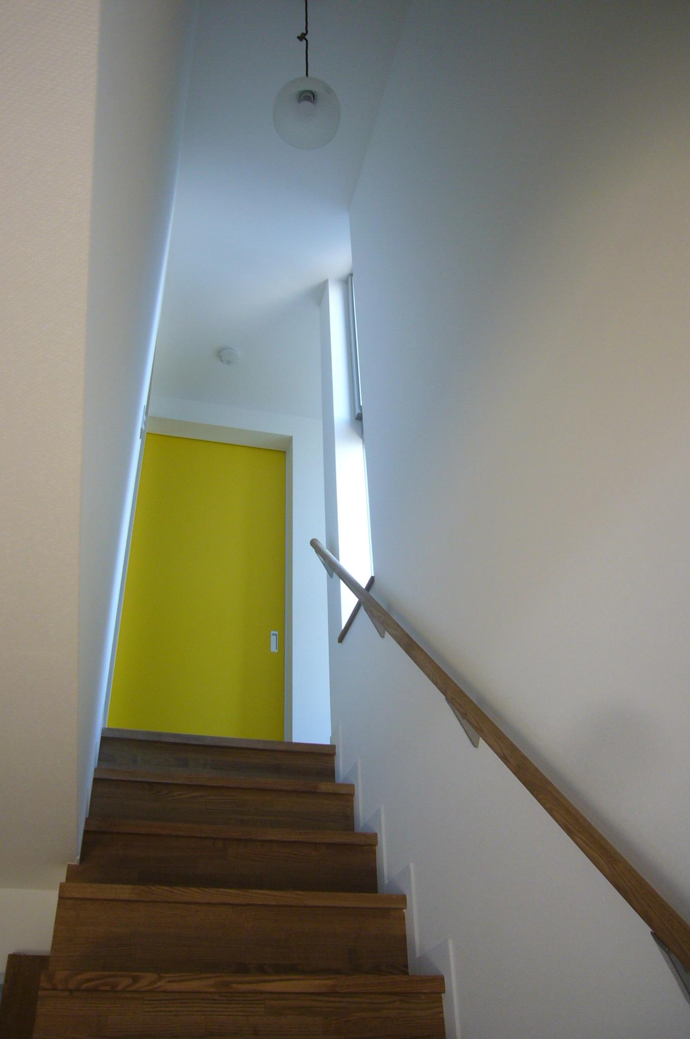 階段から2階を見る
