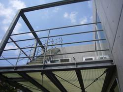 中庭から2階屋外テラスを見上げる