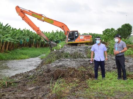 Prefectura limpia canales de drenaje en El Guabo beneficiando a cientos de familias
