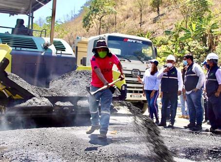Prefectura asfalta vía que conecta Portovelo con la provincia de Loja