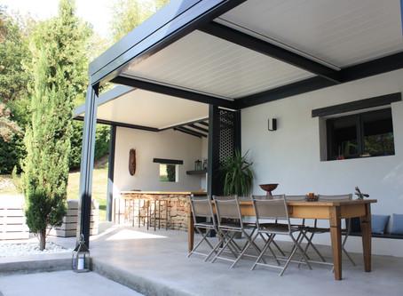 Une pergola pour votre cuisine d'été ? Une idée pratique et design !