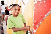 Crianças pintando parede