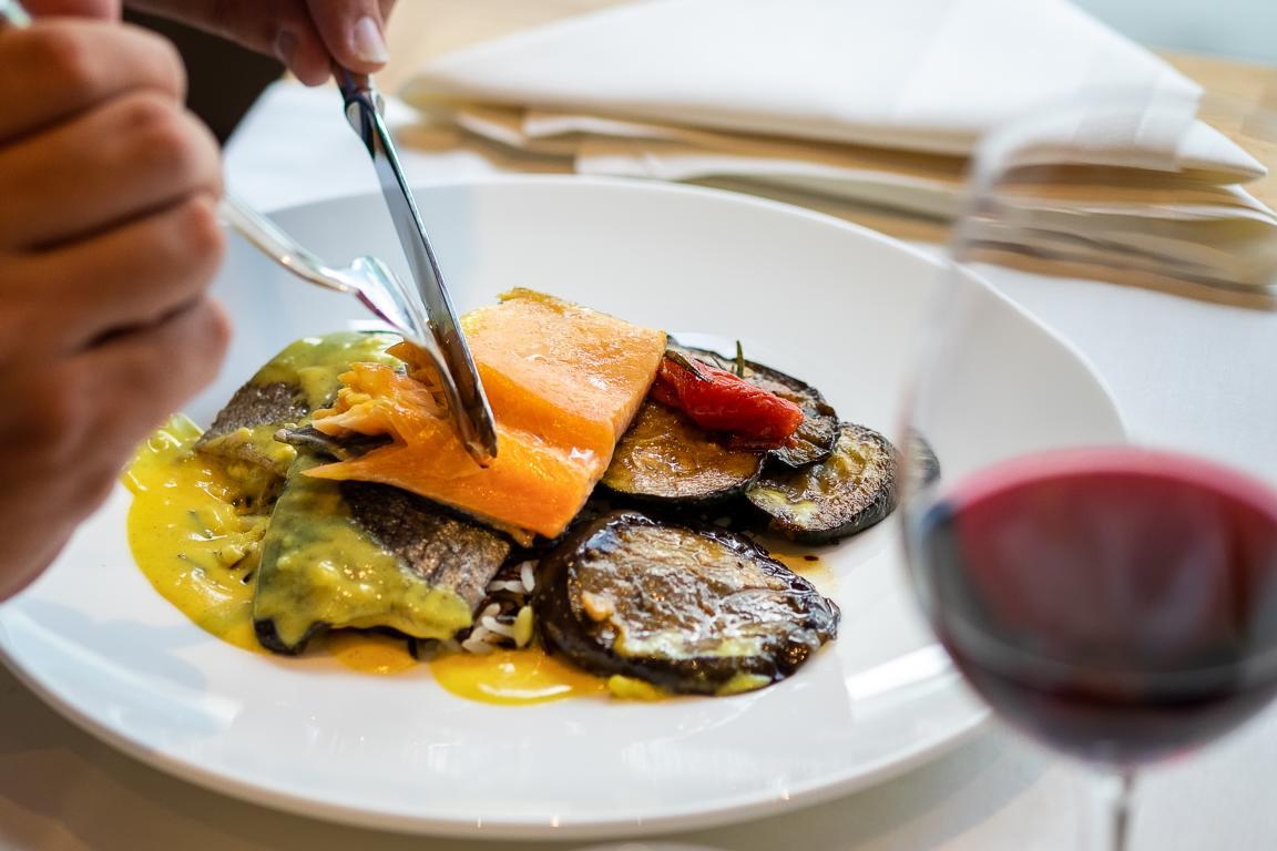 Fisch mit Gemüse und Rotwein im Restaurant Träumli in Seelisberg