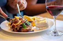 Hausgemachter Burger mit Senfsauce und Pommes Frites im Restaurant Träumli in Seelisberg