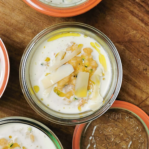 Risotto crémeux à la bisque de crustacés, gambas poêlées et copeaux de parmesan.