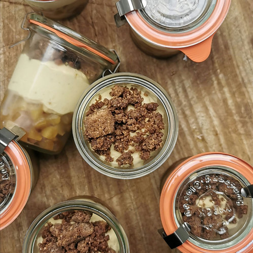 Poire caramelisée, crème légère caramel, crumble chocolaté.