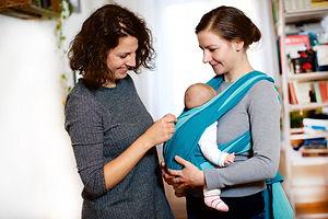 Hebamme Anika Döhring bei der Trageberatung mit Mutter und Baby in Berlin
