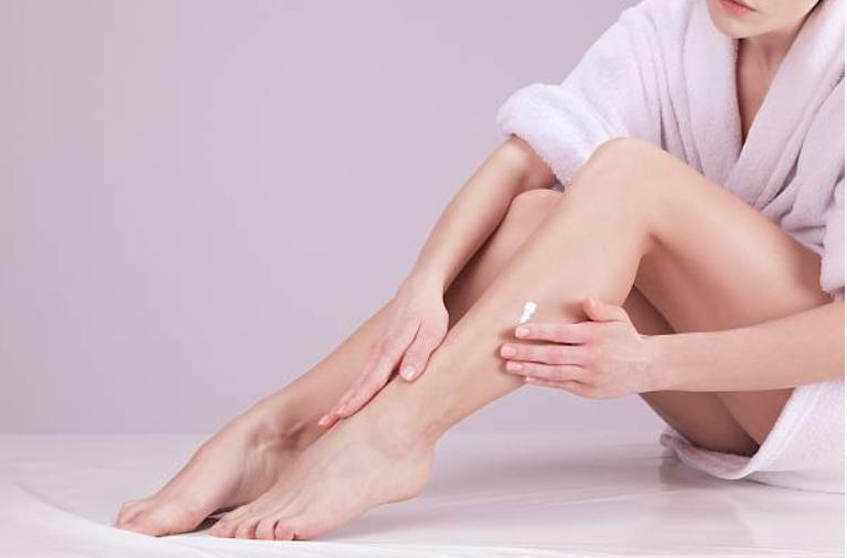 Enthaarunghscreme auf Bein