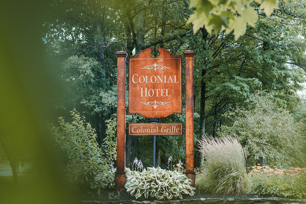 the colonial hotel sign