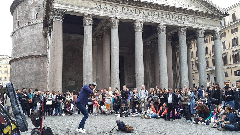 Street performer in front of the Pantheon, Rome. Photo: www.jessicagroenendijk.com